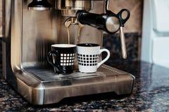 Macchina di caffè espresso che fa due tazze di caffè Immagine Stock