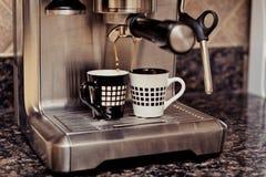 Macchina di caffè espresso che fa due tazze di caffè Immagini Stock