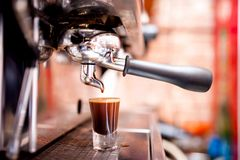 Macchina di caffè espresso che produce forte caffè speciale