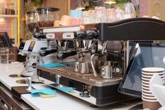 Macchina di caffè espresso in una barra o in un caffè Fotografia Stock Libera da Diritti