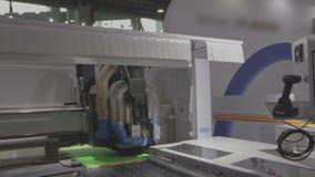 Macchina di CNC di flusso di lavoro per l'acquisizione degli accessori della mobilia Macchina automatizzata moderna di CNC video d archivio