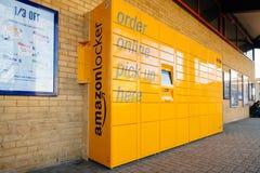 Macchina di consegna del pacchetto di giallo dell'armadio di Amazon allo statiaon i del treno Fotografia Stock