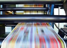 Macchina di derivazione della stampa del rotolo in un negozio di grande stampa per produzione o fotografia stock libera da diritti