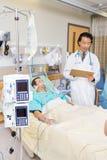 Macchina di dialisi dal paziente e dal dottore In Hospital Fotografia Stock