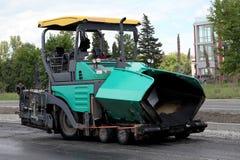 Macchina di diffusione dell'asfalto. Pavimentazione della strada Immagine Stock Libera da Diritti