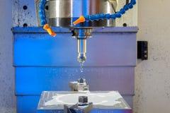 macchina di funzionamento del metallo di CNC con lo strumento della taglierina durante la fresatura del dettaglio del metallo Immagini Stock