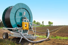 Macchina di irrigazione nel campo Fotografia Stock