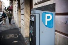 Macchina di parcheggio italiana che vende i biglietti di parcheggio su sfuocatura Backgrou fotografia stock