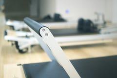 Macchina di Pilates nello studio della palestra Immagini Stock
