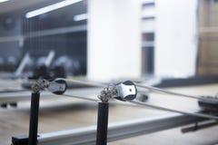 Macchina di Pilates nello studio della palestra Fotografie Stock Libere da Diritti