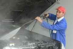 Macchina di pulizia del lavoratore con la macchina di alta pressione dell'aria Immagine Stock