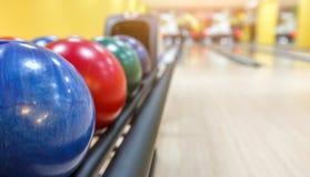 Macchina di ritorno delle palle da bowling, fondo del vicolo immagini stock libere da diritti