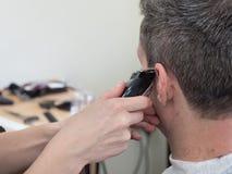 Macchina di taglio di capelli Macchina del ritaglio dell'uomo in salone immagini stock libere da diritti