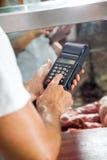 Macchina di Using Electronic Card del macellaio in negozio Fotografia Stock Libera da Diritti