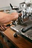 Macchina di Working On Coffee di barista in primo piano del caffè immagini stock libere da diritti