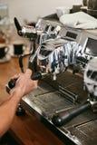 Macchina di Working On Coffee di barista in primo piano del caffè immagine stock libera da diritti