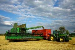 Macchina e trattore del Combine con il rimorchio Fotografia Stock