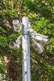 Macchina fotografica all'aperto del CCTV di angolo multiplo sul Palo vicino all'albero Immagine Stock