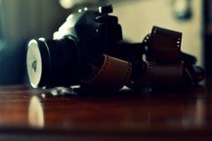 Macchina fotografica analogica della foto e un film Fotografia Stock Libera da Diritti