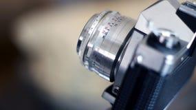 Macchina fotografica analogica di SLR con la lente antiquata Fotografia Stock