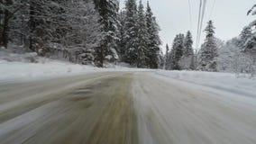 Macchina fotografica anteriore montata sull'automobile nell'inverno stock footage