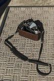 Macchina fotografica antica con la covata del film aperta Fotografia Stock