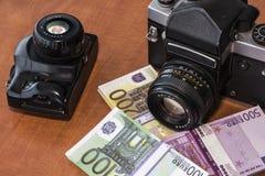 Macchina fotografica antica con molti euro Immagini Stock Libere da Diritti