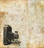 Macchina fotografica antica su una priorità bassa di Grunge Immagine Stock