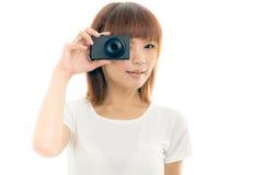 Macchina fotografica asiatica della tenuta della donna, bianco isolato Fotografia Stock