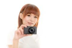Macchina fotografica asiatica della tenuta della donna, bianco isolato Immagini Stock Libere da Diritti