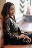 Macchina fotografica attraente della tenuta della giovane donna in sue mani Fotografia Stock Libera da Diritti