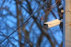 Macchina fotografica bianca del CCTV sulla colonna immagine stock