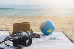 Macchina fotografica, cappello ed occhiali da sole sulla spiaggia Immagine Stock Libera da Diritti