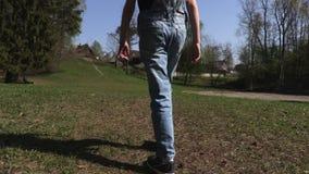 Macchina fotografica che mette a fuoco sulle gambe della bambina di camminata archivi video