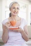 macchina fotografica che tiene la donna sorridente maggiore del tè Fotografie Stock