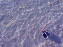 Macchina fotografica compatta ed alloggio che galleggiano sul mare Fotografie Stock Libere da Diritti