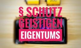 Macchina fotografica con in tedesco il geistigen Eigentums di Schutz nella protezione del englisch della proprietà intellettuale fotografie stock