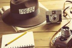 Macchina fotografica d'annata della fedora del cappello del reporter immagini stock libere da diritti
