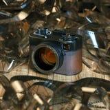 Macchina fotografica d'annata della foto sulla tavola di legno contro lo sfondo di fil Immagini Stock Libere da Diritti