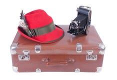 Macchina fotografica d'annata di fotografia con il cappello bavarese tradizionale Immagini Stock Libere da Diritti