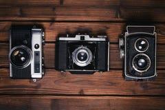 Macchina fotografica d'annata su fondo di legno Fotografie Stock Libere da Diritti