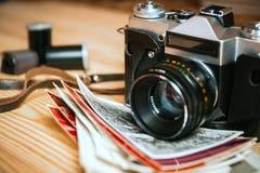 Macchina fotografica d'annata su una tavola di legno Fotografie Stock Libere da Diritti