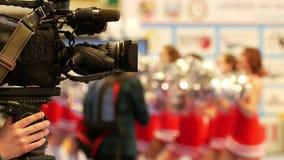 Macchina fotografica davanti alle ragazze pon pon delle ragazze al campionato di karatè stock footage