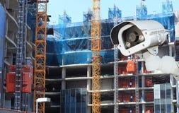 Macchina fotografica del CCTV con il fondo offuscante della costruzione di edifici fotografia stock