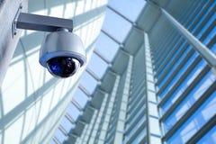 Macchina fotografica del CCTV di sicurezza nell'edificio per uffici fotografie stock libere da diritti
