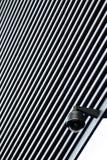 Macchina fotografica del CCTV di sicurezza su un edificio per uffici immagini stock