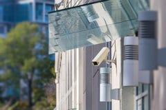 Macchina fotografica del CCTV sulla parte anteriore della casa Fotografie Stock Libere da Diritti