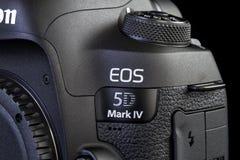 Macchina fotografica del segno IV di Canon 5D sul nero Immagine Stock