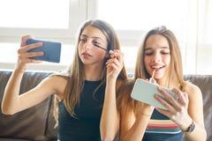 Macchina fotografica del selfie di trucco dei migliori amici delle ragazze dell'adolescente Immagini Stock Libere da Diritti