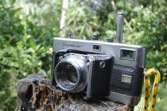Macchina fotografica del telemetro dell'annata isolata sopra bianco Immagine Stock